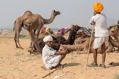 Gli uomini indiani hanno assistito al cammello annuale Mela di Pushkar Fotografia Stock Libera da Diritti