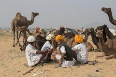 Gli uomini indiani hanno assistito al cammello annuale Mela di Pushkar Immagini Stock Libere da Diritti