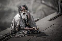 Gli uomini indiani stanno aspettando per chiedere le cose dalla gente che è passato vicino immagini stock libere da diritti