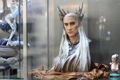 Gli uomini lunghi bianchi dei capelli del busto calcolano il modello su esposizione alla m. Cafe immagini stock libere da diritti
