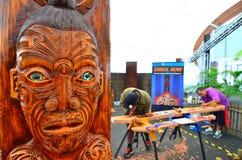 Gli uomini maori scolpiscono una scultura di Maori Wood Immagine Stock