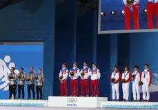 Gli uomini mettono la cerimonia in cortocircuito della medaglia del relè della pista 5000m Immagine Stock