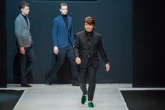 Gli uomini modellano alla sfilata di moda Valentin Yudashkin nella settimana di modo di Mosca, l'Caduta-inverno 2016/2017 Immagini Stock