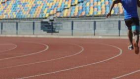 Gli uomini muscolari cominciano la corsa di resistenza, preparantesi prima della selezione per il campionato video d archivio