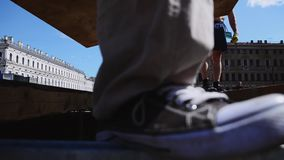 Gli uomini presentano i bordi di legno sugli ostacoli Lavoratori che sviluppano fase per l'evento sulla via stock footage
