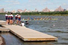 Gli uomini russi team la rematura al pilastro Immagine Stock