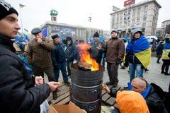 Gli uomini seri sulla via fredda che occupa Maidan principale quadrano e richiedono al governo di firmare i documenti dell'accessi Fotografie Stock Libere da Diritti