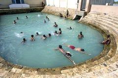 Gli uomini si tuffano in Vali North Pradeshiya Sabha (bagno sacro di Keerimalai) nella regione di Jaffna di Sri Lanka Fotografia Stock Libera da Diritti