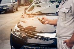 Gli uomini sono stati interessati circa l'incidente sulle loro automobili Fotografia Stock Libera da Diritti