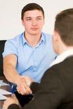 Gli uomini stringono le mani ad una riunione d'affari Fotografia Stock