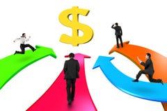 Gli uomini su quattro frecce di colore vanno verso il simbolo di dollaro dorato Immagine Stock Libera da Diritti