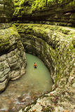 Gli uomini va su un canyon profondo nella giungla dell'Abkhazia Immagini Stock Libere da Diritti