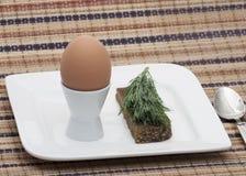 Gli uova sode in una ciotola decorata con prezzemolo va immagine stock