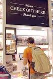 Gli usi dell'uomo automatizzati checkout alla stalla in George Bush International Airport a Houston, il Texas, U.S.A. immagini stock