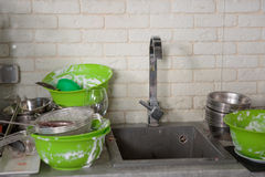 Gli utensili della cucina hanno bisogno di un lavaggio Fotografia Stock Libera da Diritti