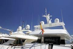 Gli yacht bianchi di lusso hanno attraccato vicino a vicenda in Spagna Fotografie Stock