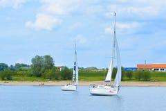 Gli yacht che navigano al mare pensinsual locale di area di ricreazione hanno chiamato Kollersee immagini stock
