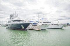 Gli yacht costosi stanno sul bacino all'yacht club fotografia stock