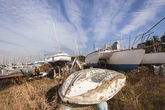 Gli yacht delle barche hanno abbandonato l'iarda Fotografia Stock
