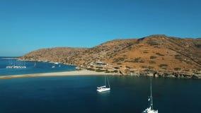 Gli yacht di lusso ancorati nella laguna meditarranean del mare vicino al Kolona tirano l'antenna in secco archivi video