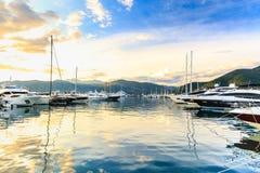 Gli yacht di lusso si sono messi in bacino in porticciolo Oporto Montenegro, Teodo Fotografia Stock