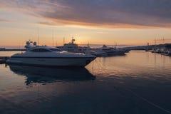 Gli yacht di lusso si sono messi in bacino in porto marittimo al tramonto, Soci, Russia fotografie stock