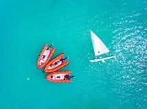 Gli yacht ed il salvataggio accelerano le barche ancorate in chiaro mare blu Fotografia Stock Libera da Diritti