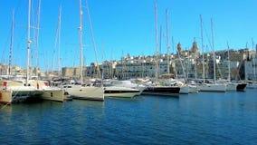 Gli yacht moderni al cantiere navale di Vittoriosa, Malta archivi video