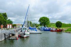 Gli yacht si avvicinano al lungomare in Klaipeda, Lituania fotografia stock libera da diritti