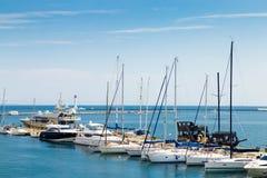 Gli yacht sono attraccati al pilastro nel porto marittimo Immagini Stock Libere da Diritti