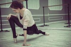 Gli Yogi della ragazza meditano nella posizione di loto, Fotografie Stock Libere da Diritti