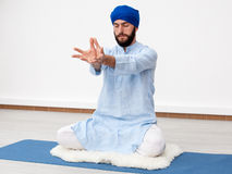 Gli Yogi equipaggiano la seduta nella meditazione fotografia stock libera da diritti