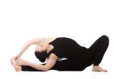 Gli Yogi femminili nella curvatura di andata del Testa--ginocchio di yoga posano Immagini Stock Libere da Diritti