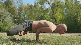 Gli Yogi flessibili tengono l'equilibrio nella posa orizzontale stock footage