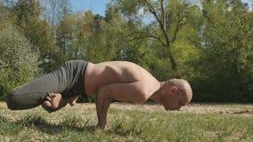 Gli Yogi flessibili tengono l'equilibrio sulle mani nella posa orizzontale video d archivio