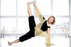 Gli Yogi invecchiati mezzo femminili nella sponda di yoga posano fotografie stock libere da diritti