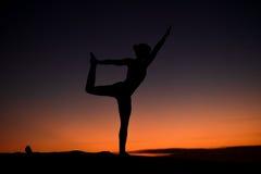Gli Yogi padroneggiano la siluetta sulla spiaggia fotografia stock libera da diritti