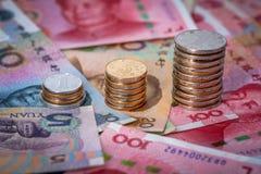 Gli yuan cinesi con le monete e le banconote fotografia stock libera da diritti