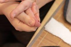 Glicemia di misurazione per le mani della donna del diabete fotografia stock libera da diritti