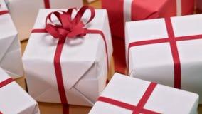 Glid över massor av gåvor - closeup av gåvaaskar för jul arkivfilmer