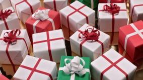 Glid över massor av julgåvor lager videofilmer