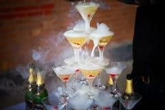 Glid Champagne Glasses Royaltyfri Foto