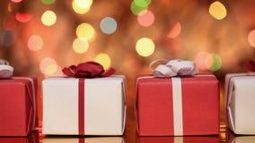 Glid framme av gåvor - gåvaaskar för jul på oskarp bakgrund arkivfilmer