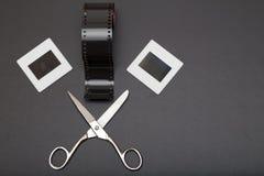 Glid, omsvängningsfilmen och sax med kopieringsutrymme Arkivfoton