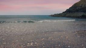Glida över strandkust på solnedgången arkivfilmer