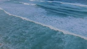 Glida över vågorna stock video