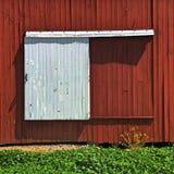 Glida den vit ladugårddörren som är röd och Royaltyfri Bild