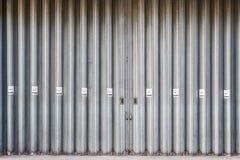Glidande och vikande industriella dörrar med inget - röka undertecknar arkivbild