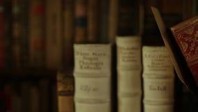 Glidare som skjutas av forntida böcker stock video