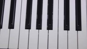 Glidare som skjutas av synttangentbordet, närbild arkivfilmer